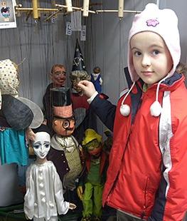 Muzeum Cheb, jarní archeologická dílna v muzeu ve dnech 2.-6. března 2015 - ukázka konzervace - lepení střepů