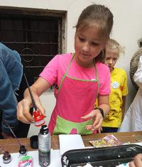 """Muzeum Cheb, letní výtvarná dílna pro děti na téma """"Barvy mezi exponáty"""" v týdnu od 8. do 12. července 2019, pondělí 8. 7."""