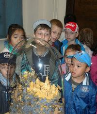 Muzeum Cheb, Centrální depozitář, exkurzi školní družiny provázel  konzervátor Dušan Vančura, 27.5.2013